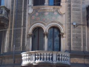Pietro Fenoglio, Casa Padrini in via Cibrario, 1900, particolare della bifora sormontata da pitture a motivi floreali. Fotografia L&M, 2011.