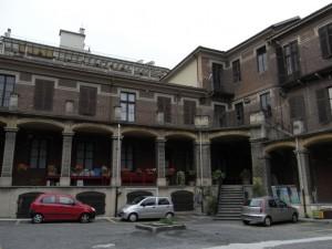 Istituto Sacra Famiglia. Particolare del cortile interno. Fotografia L&M, 2011.