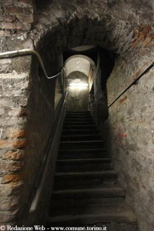 Rifugio antiaereo di Palazzo Civico, le scale che portano ai sotterranei, prima del restauro, 2009 © Redazione Web – www.comune.torino.it