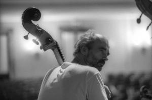 Concerti dell'Unione Musicale 2001, Prima del concerto dell'Orchestra d'archi italiana al Conservatorio Giuseppe Verdi. Fotografia di Lorenzo Avico, 6 marzo 2001