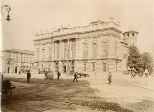 Palazzo Madama visto da ovest. Fotografia di Mario Gabinio, 8 agosto 1925. Fondazione Torino Musei, Archivio Fotografico, Fondo Gabinio. © Fondazione Torino Musei