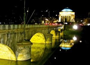 Ponte Vittorio Emanuele I e la Gran Madre in notturna. Fotografia di Alex Soppera, 2012.