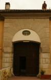 Portone di ingresso alla cascina Mirafiori. Fotografia di Edoardo Vigo, 2012.