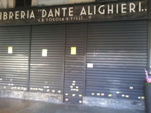 Saracinesca chiusa della libreria Fogola/Dante Alighieri, 2014, da www.piemonteis.org/?p=1763