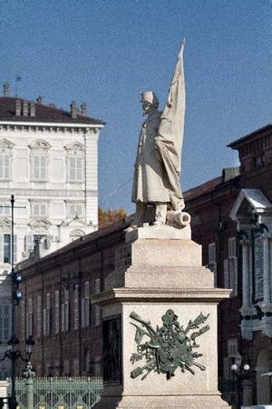 Vincenzo Vela, Monumento all'Alfiere dell'Esercito Sardo (veduta laterale, 1), 1856. Fotografia di Mattia Boero, 2010. © MuseoTorino.