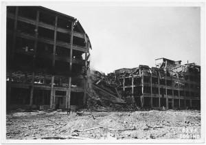 """Via Nizza, Stabilimento FIAT Lingotto """"1 crollo 2^ fase"""". Effetti prodotti dai bombardamenti dell'incursione aerea del 29 marzo 1944. UPA 4423_9E05-53. © Archivio Storico della Città di Torino/Archivio Storico Vigili del Fuoco"""