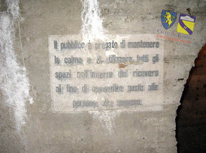 Avviso al pubblico «Il pubblico è pregato di mantenere la calma e di utilizzare tutti gli spazi nell'interno del ricovero al fine di consentire posto alle persone che seguono». © Comune di Torino