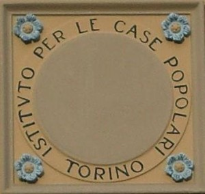 Particolare dell'iscrizione decorativa che adorna ogni fabbricato, esemplare restaurato in via Pietrino Belli. Fotografia di Maria D'Amuri, 2011