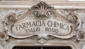 Particolare dell'insegna della Farmacia Bosio, via Garibaldi. Fotografia di Marilaide Ghigliano, 2014 © Marilaide Ghigliano