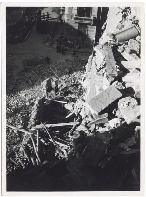 Via Amerigo Vespucci angolo Via Gian Domenico Cassini. Effetti prodotti dai bombardamenti dell'incursione aerea del 20-21 novembre 1942. UPA 1931_9B03-39. © Archivio Storico della Città di Torino