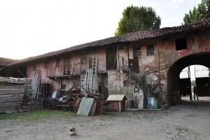Interno cortile cascina Tetti Basse di Dora. Fotografia di Edoardo Vigo, 2012.