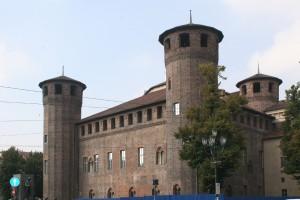 Il prospetto orientale del castello. Fotografia di Enrico Lusso, 2010.