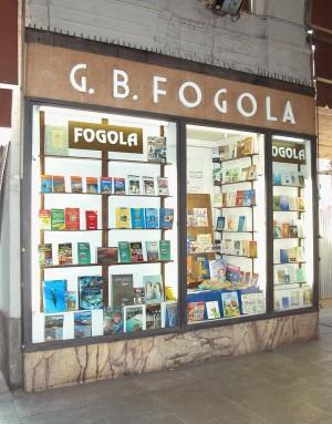 Libreria Fogola/Dante Alighieri, vetrina a pilastro, Fotografia di Marco Corongi, 2003 ©Politecnico di Torino