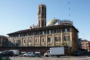La casa parrocchiale e il campanile visti da corso Palermo. Fotografia di Giuseppe Beraudo, 2010.