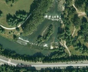 Veduta dall'alto della diga a tracimazione («ficca»), che si trova nel parco Carrara, comunemente chiamato «Pellerina», 2010. © Google Maps