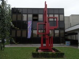Centro civico circoscrizionale di corso Vercelli 15. L'edificio principale; in primo piano la scultura di Massimo Ghiotti. Fotografia L&M, 2011.
