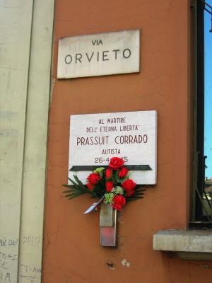 Lapide dedicata a Corrado Prassuit, in via Orvieto 57. Fotografia di Alessandro Vivanti, 2018