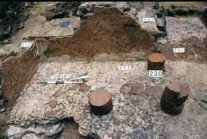 Particolare dei pilastrini per il rialzo del pavimento funzionale alla struttura dell'ipocausto, © Soprintendenza per i Beni Archeologici del Piemonte e del Museo Antichità Egizie.