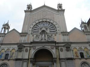 Istituto Sacra Famiglia. Facciata della chiese dell'Immacolata Concezione, in via San Donato 21. Fotografia L&M, 2011.