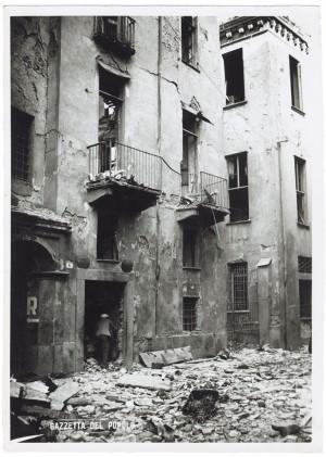 """Vicolo di Santa Maria - """"Bomba dirompente di medio calibro"""". Effetti prodotti dai bombardamenti dell'incursione aerea del 20-21 novembre 1942. UPA 1772_9B01-11. © Archivio Storico della Città di Torino"""