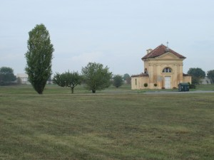 Cascina/cappella Tarino attualmente all'interno del cimitero sud. Fotografia di Gianfranco Ingardia, 2012.