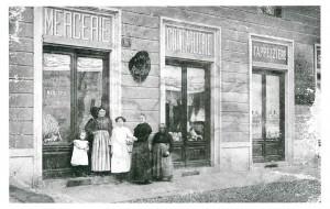 La famiglia Marchetti titolare della merceria dal 1904 al 1969, ripresa 1910-1912 (Riproduzione da libro: Artusio, L. - Bocca, M. - Governato, M., 2002 p. 134, n. 252)