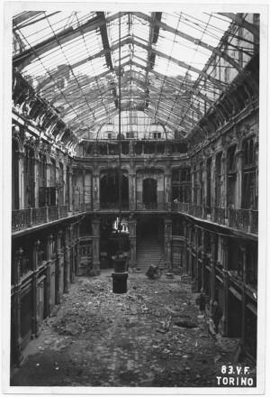 Galleria Subalpina. Effetti prodotti dai bombardamenti dell'incursione aerea del 12-13 agosto 1943. UPA 3908_9E03-12. © Archivio Storico della Città di Torino/Archivio Storico Vigili del Fuoco