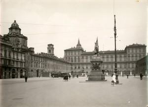 Vincenzo Vela, Monumento all'Alfiere dell'Esercito Sardo, 1856. Fotografia di Mario Gabinio, 1925 ca. © Fondazione Torino Musei.