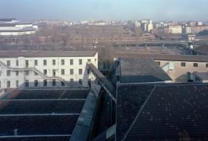 Lo stabilimento Michelin visto dagli ultimi piani del magazzino collocato dietro la manica di via Livorno: dall'altro lato del fiume Dora, la sopraelevata di corso Mortara e l'acciaieria Vitali. Fotografia di Filippo Gallino per la Città di Torino, febbraio 1998.