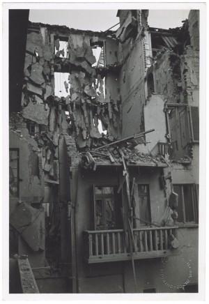 Via Cristoforo Colombo angolo Via Antonio Pigafetta, crollo di edifici. Effetti prodotti dai bombardamenti dell'incursione aerea del 4 giugno 1944. UPA 4610_9E06_49. © Archivio Storico della Città di Torino