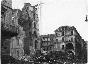 Via Ottavio Assarotti angolo Via Giovanni Ambrogio Bertrandi. Effetti prodotti dai bombardamenti dell'incursione aerea del 9 dicembre 1942. UPA 3016_9F02_55. © Archivio Storico della Città di Torino