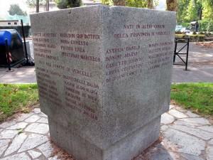 Cippo dedicato ai decorati con Medaglia d'oro in Piemonte, i quattro cippi riportano anche i nomi dei decorati della resistenza, in viale Medaglie d'oro, parco del Valentino. Fotografia di Sergio D'Orsi, 2013
