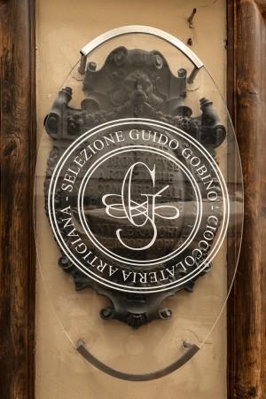Guido Gobino, cioccolato, ex Villarboito, tipografia, particolare della nuova insegna in facciata, 2017 © Archivio Storico della Città di Torino