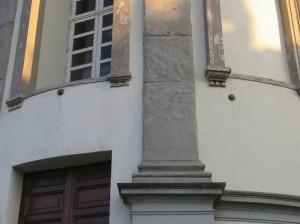 Santa Maria del Monte. Proietti murati sulla facciata della chiesa dei Cappuccini al di sopra e lato dell'ingresso. Fotografia di Fabrizio Zannoni, 2010