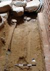Il tratto di tubo in piombo (fistula) rinvenuto sotto il basolato del fornice settentrionale, © Soprintendenza per i Beni Archeologici del Piemonte e del Museo Antichità Egizie.