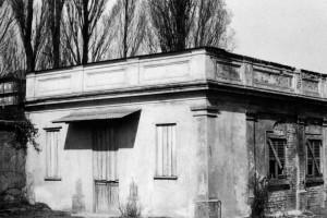 Edificio dismesso di servizio all'area del mausoleo della Bela Rosin. Fotografia degli anni Novanta del Novecento © EUT 10