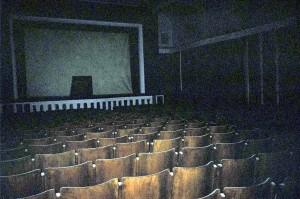 Teatro utilizzato anche per proiezioni cinematografiche, costruito negli anni Sessanta del Novecento. Collezione privata Toppino.