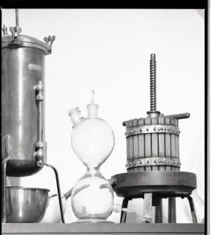 Farmacia Montanaro-Bacolla, attrezzi da laboratorio, 1998 © Regione Piemonte