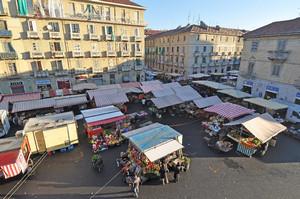 Il mercato di piazza Cerignola. Fotografia di Mauro Raffini, 2010. © MuseoTorino.