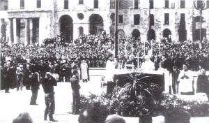 6 maggio 1945, il Cardinal Fossati celebra la Messa in piazza Vittorio Veneto. © Archivio Storico AMMA