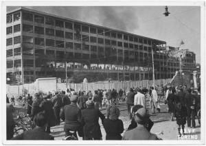 """Via Nizza, Stabilimento FIAT Lingotto """"prima dei crolli"""". Effetti prodotti dai bombardamenti dell'incursione aerea del 29 marzo 1944. UPA 4419_9E05-50. © Archivio Storico della Città di Torino /Archivio Storico Vigili del Fuoco"""