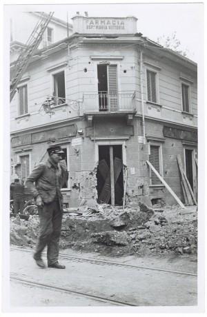 Via Luigi Cibrario angolo Via Medail. Farmacia dell'Ospedale Maria Vittoria. Effetti prodotti dai bombardamenti del 4-5 dicembre 1940. UPA 0911D_9A01-51. © Archivio Storico della Città di Torino