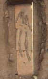 Particolare di inumato deposto su un piano di tegoloni, © Soprintendenza per i Beni Archeologici del Piemonte e del Museo Antichità Egizie.