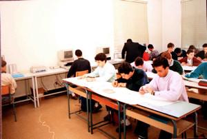 Lezione in classe negli anni Ottanta.©Archivio Casa di Carità Arti e Mestieri.