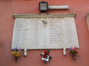Lapide in memoria dei martiri eterni dell'eterna libertà sulla scuola Baricco, succursale. Fotografia di Paola Boccalatte, 2014. © MuseoTorino