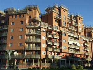 """Uno degli edifici del complesso residenziale """"le terrazze di Parco Dora"""", sull'area Michelin Sud. Fotografia del Comitato Parco Dora, 2010."""