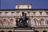 Il Palazzo Civico e il monumento al Conte Verde in piazza Palazzo di Città. Fotografia di Claudio Penna © MuseoTorino.