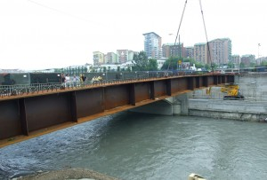 Il cantiere per il nuovo ponte sulla Dora: la posa della prima trave. © Comitato Parco Dora, giugno 2010.