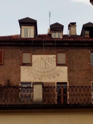 Orologio solare, palazzo in via Carlo Alberto, 14