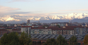 I capannoni delle Officine Grandi Motori con le Alpi sullo sfondo. Fotografia di Laura Tori, 2010.